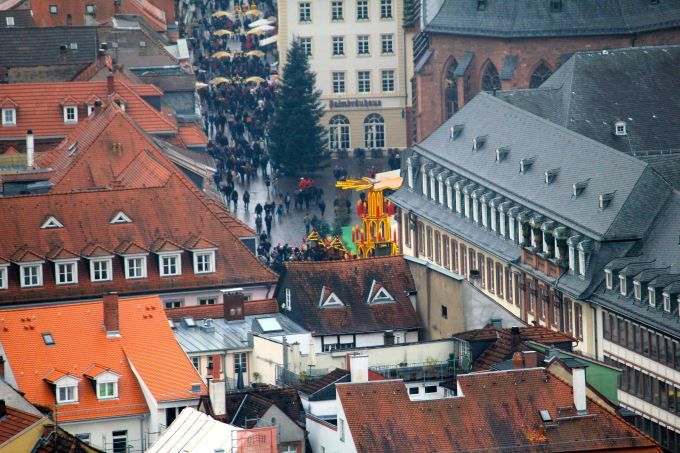 Zooming into the Christmas Market at Marketplatz