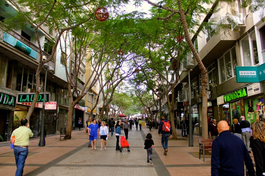 The pedestrian area in the city of Santa Cruz still decorated for Christmas
